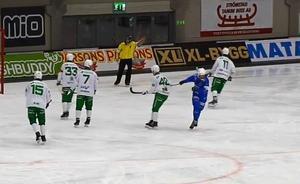 Adam Gilljam snor klubban ur händerna på Joakim Hedqvist. FOTO: Skärmdump/Bandyplay