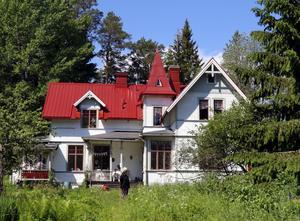 Maria Therns pampiga hus. Framför huset syns Marias mamma, på besök från Borås.