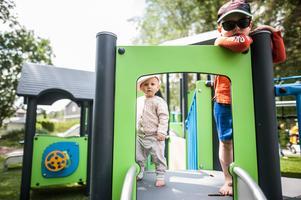 Nellie och hennes storebror Gustaf är och provar på den nya lekplatsen.