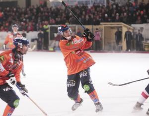Patrik Nilsson lossar stora kanonen på hörna – men ingen utdelning för Bollnäs store målskytt i det här derbyt.