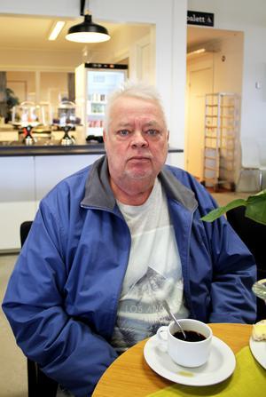 Jimmy Mårtensson tar en fika medan han väntar på sin fru.