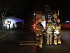 Flera enheter var på plats och deltog i nattens släckningsarbete.