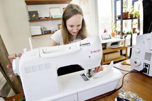 Tygbindorna är en av de produkter som Stella Hildebrandt syr i sin ateljé i Gävle.