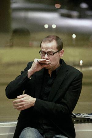 Stefan Swén bjöd på stämningsfull musik på munspel som illustration till diktuppläsningarna på torsdag kväll.