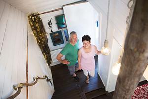 Efter många års slit är Johan och Anna-Karin snart klara med båthuset. Den branta trappan från hallen upp till sov- och vardagsrummet ska snart få ett räcke som tillverkas av en gammal mast.