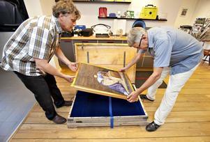Dagen före färden till Stockholm packades tavlan in av Tony Warren och Åke Hålén, ägare till Formaplast och den som ansvarat för arbetet med brudkistan.