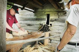 Sören Jonsson visar hur man späntar spån till tak.