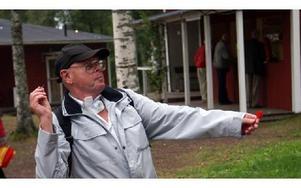 Rune Olsson, 71 år, från Avesta kastar pil som om han aldrig gjort annat. Han drabbades av cancer i luftstrupen för fem år sedan men är friskförklarad i dag.FOTO: ANGELICA LINDVALL