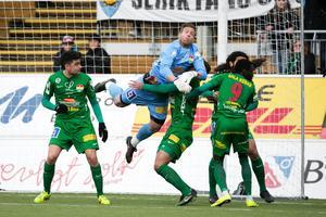 Dalkurdmålvakten, Frank Pettersson, är ute på utflykt i den första seriematchen mellan Brage och Dalkurd 2015.