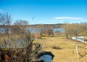 Utsikten från den inglasade altanen.– Jag tycker om när det är nyklippt. Mimmi gillar att åka med mig när vi klipper alltihop, säger Benny och tittar ut