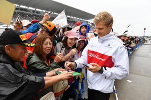 En lång rad av fans som vill ha autografer från Marcus Ericsson. Foto: Sauber Motorsport