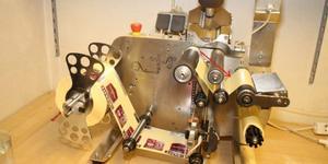 En maskin satte på etiketterna på de nytillverkade spritflaskorna.