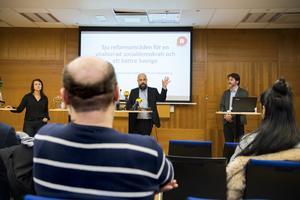 Socialdemokraternas Sara Karlsson, Daniel Suhonen och Markus Kallifatides från föreningen Reformisterna. Foto: Henrik Montgomery / TT