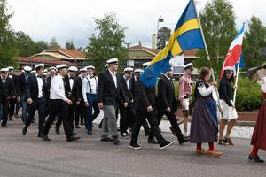 Ylva Back och Johanna Eriksson i täten med fanor.