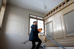 Raka trappräcken av järn med enkel dekor vid avsluten.
