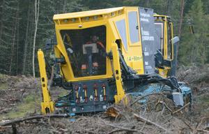 En nybyggd maskin testas i hemlighet i Bergslagsskogarna, den ska användas för att plantera skog.