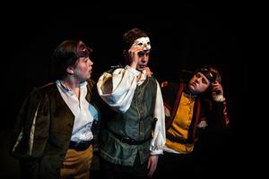 Benvolio, Mercutio och Romeo gör sig i ordning inför festen. Markus Johansson flankerad av Freja Skog och Fredrika Heimersson.
