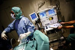 Akutläge. Svårigheten att bemanna operationssalar och intensivvård gör att antalet operationer nu minskar inom Region Örebro län. Nu ses jourbemanningen över i syfte att frigöra mer personal dagtid. (Bilden från Karlskoga lasarett är tagen i ett annat sammanhang) Arkivfoto