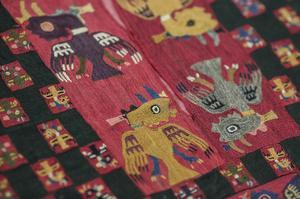 Att tillverka ett enda exemplar av klädesplaggen tog fem års heltidsarbete. De broderades med kaktustaggar och trådar gjorda av ull från bland annat allpacka och lama, enligt Världskulturmuseet. Arkivbild.Bild: Sebastian Casta eda/AP/TT