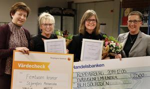 Maria Jansson Hellström vd för Stjernfors Mekaniska tog emot priset Årets Entreprenör och Therese Eriksson som driver blomsteraffären Solrosen priset Årets Uppmuntran. De gratuleras av kommunalråd Ewa-Leena Johansson och Gunilla Pöchhacker för Näringslivsrådet.
