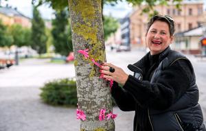 Carina Ruda hjälpte gladeligen till med att pynta träd vid korsningen Esplanaden/Storgatan.