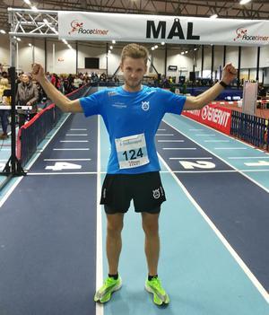 Jonas Nilsson efter målgång i Tybblelundshallen som länets sjätte bästa halvmaratonlöpare genom tiderna. Foto: Fredrik Johnson