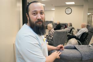 Daniel Reza Alawi, undersköterska, tycker om arbetsmiljön på Risholnsgården.