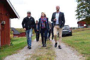 Lantbrukaren Mats Collberg har besök av Kristdemokraternas partiledare Ebba Busch  Thor och landsbygdspolitiske talesperson Magnus Oscarsson.  Foto: Thommy Tengborg