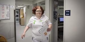 Johanna Persson, undersköterska på medicinenheten Östersunds sjukhus. Den här sommaren är under all kritik när det gäller bemanning, säger hon.