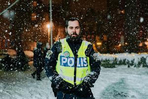 Polis på plats med Musikhjälpen-pin. Foto: Martin Bohm