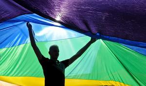 Pride behövs i en värld där hbtq-personer fortfarande utsätts för diskriminering, hot och trakasserier. Foto: AP Photo/Alik Keplicz