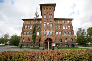 Tuula Lavikkala jobbade som administratör på Borgarskolan i Gävle. Det var härifrån hon förskingrade merparten av de 20 miljoner kronor som gick till hennes spelande.