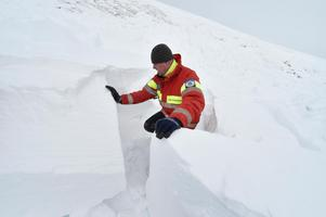 Mikael Westerdahl i en lavin som häromåret drog med sig två skidåkare. Blocken är rejält stora och stenhårda.