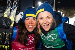 Charlotte Kalla och Stina Nilsson fortsatte att åka hem medaljer åt Sverige. Här är de tillsammans efter silvret i lagsprinten. Bild: Carl Sandin/Bildbyrån