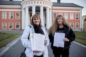 Ulrika Melin och Katrin Eklund lämnar över korttidsenhetens protestlista mot besparingarna i Härnösand.
