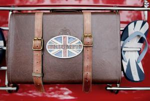 Längst bak på bilen har Anders spänt fast en gammal portfölj. Givetvis med Triumph-emblemet.