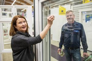 Elaine och Mats Nordstrand från företaget Höga kusten fönster, ser till att fönstren är välputsade.