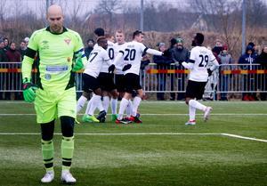 ÖSK-spelarna jublar efter Kennedy Igboananikes 1–0-mål bakom Joakim Dahlberg i Tvååkersmålet.