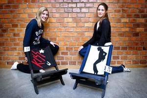 Anna Jansson och Alva Jonsson vid sina musikstolar.