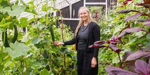 Lola Baumgarten i ett av växthusen. Här odlas bland annat gurka, krasse och salvia.