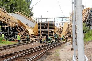 Tolv personer skadades i  den stora broolyckan i Ludvika den 13 juli i fjol. Arbetsmiljöverket har utrett orsaken till olyckan och kommit fram till att raset berodde på ett konstruktionsfel. Foto: Boo Ericsson