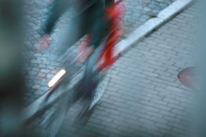 Vill ni cykla på gång- och cykelbanan, cykla i 20 – annars är det bilvägen som gäller, skriver signaturen