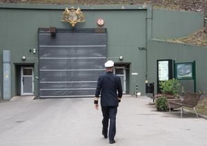 På väg in i berget. Konteramiral Jens Nykvist ser fram emot att staben kan flytta in i bergrummet på Muskö.