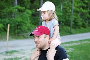 VSK-tränaren Olle Wiberg, här med dottern Alicia, vill se ett tuffare VSK nästa säsong.