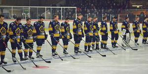 Den nyligen bortgångne Elias Jonsson hedrades med en tyst minut inför Östervålas hemmamatch mot Tierp. Foto: Sarah Lundin