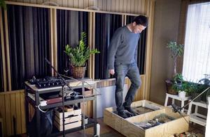 Golvet i Boris studio står på ljudisolerande gummikuddar. Här kan han bland annat skapa ljud av steg i sin tramplåda.
