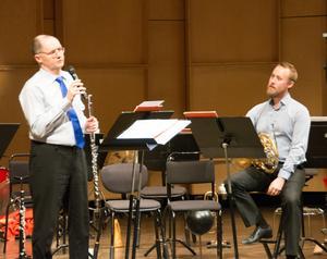 Patrik Wendel och Markus Källman tar sats för att spela den musiksatiriske Jan Bachs roliga imitationer av spinnrock och vevgrammofon med mera.
