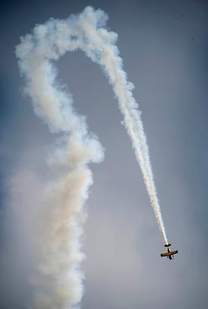Att ett flygplan ristar en fågelliknande formation på himlen kanske inte är så konstigt.