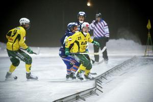Ljusdals Jesper Söderbäck fightas ute vid sargen.