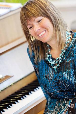 Astrid Domino tar emot sångare för enskilda lektioner i Missionskyrkan i Brunflo. Ibland kommer hela körer.